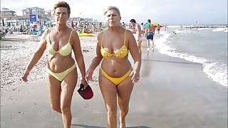 QUEENS ON THE BEACH