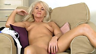 Hot mature lady masturbate on camera